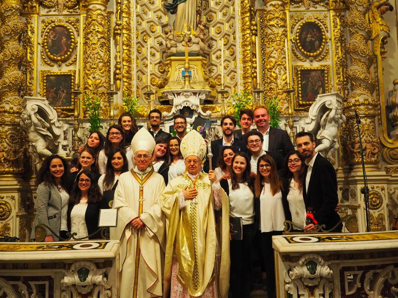il nostro Arcivescovo, il Cardinale ed il coro diocesano dei giovani